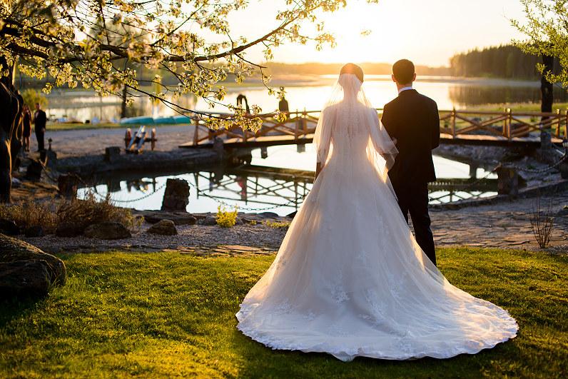vestuvės pavasarį vakare saulei leidžiantis