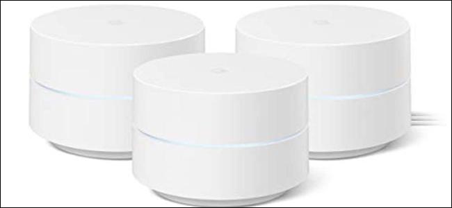 ثلاث كرات من Google WiFi باللون الأبيض ، مع إضاءة LED زرقاء فاتحة في المنتصف.