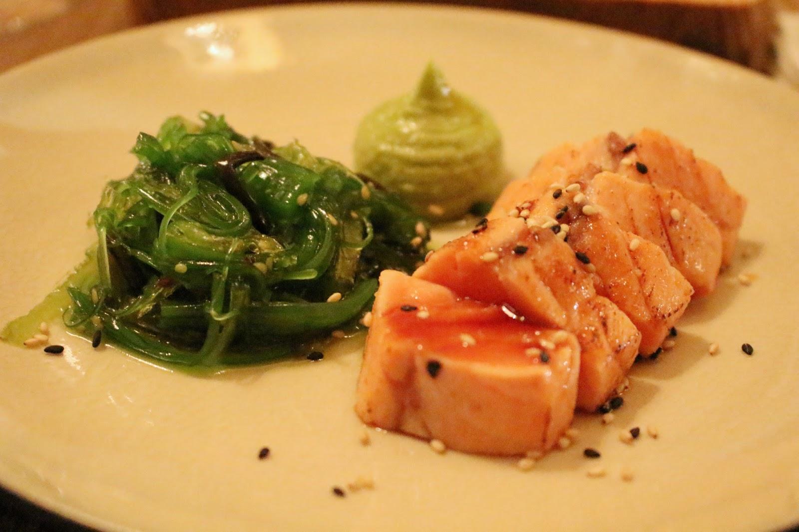 Tataki de salmão com puré de abacate