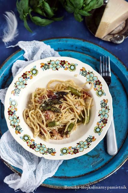spaghetti, szparagi, boczek, obiad, makaron, bernika, kulinarny pamietnik