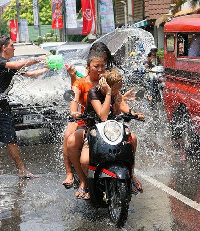 Обливают водой, кто едит на скутере