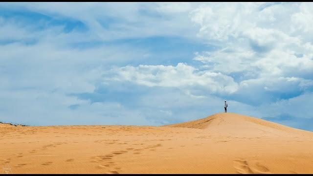 Đến với nơi đây, chúng ta sẽ rất ấn tượng với những triền cát trắng dài, lượn sóng  tỏa nhiều màu sắc óng ánh, đặc biệt hấp dẫn hơn chính là vân cát thay đổi hằng ngày kèm với gió biển thổi suốt ngày đêm nên màu sắc của cát củng thay đổi theo từng giờ.
