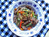 Salteado con fideos soba, ternera y verduras