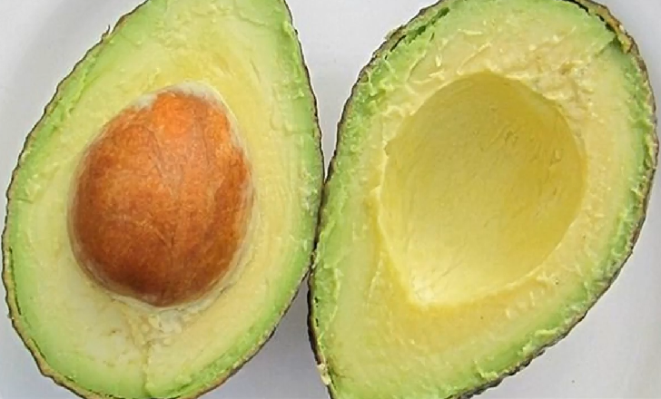 Sprinkle citric acid over sliced avocado and keep it in the fridge in a plastic bag. Whole ripe avocados are kept in the freezer, while unripe avocados are kept at rooms temperature until ripe.