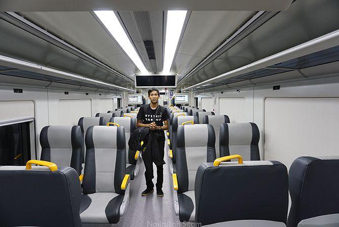 Berfoto di kereta api bandara kala lengang