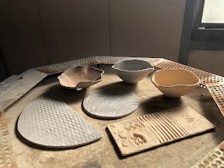 窯の上に置いた素焼き後の鉢と陶盤
