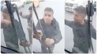 """(بالفيديو)منحرفون يقومون بعملية """"براكاج"""" في وضح النهار للحافلة..بسيدي حسين..وتكسيرها..."""