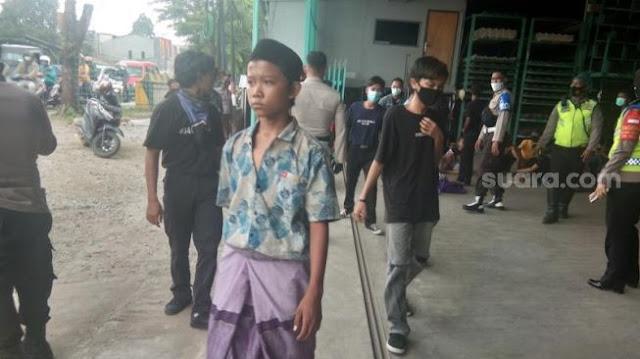 Anak STM Bergerak Ikut Demo UU Cipta Kerja di Depan Gedung DPR RI