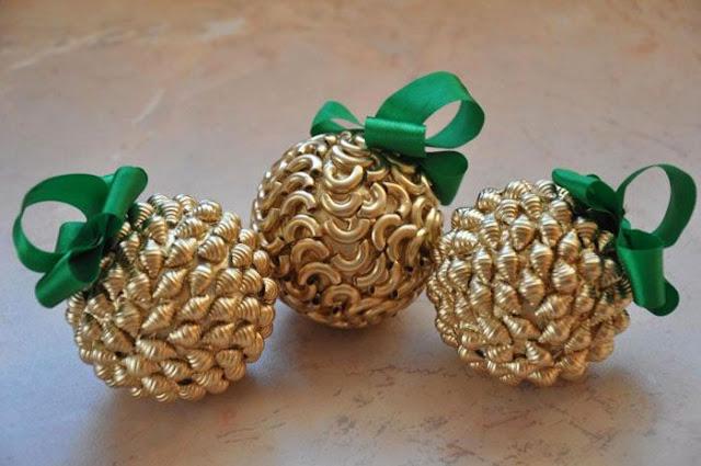 bolas de navidad decoradas con pasta de trigo
