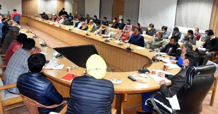 सीसीआर टावर में स्वयंसेवी संस्थाओं के पदाधिकारियों के साथ बैठक करते कुंभ मेलाधिकारी दीपक रावत