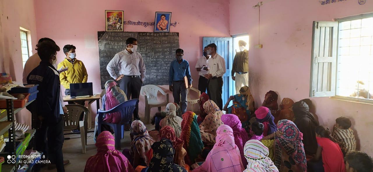 कलेक्टर रोहित सिंह ने पंचायत भवन एवं प्राथमिक विद्यलाओ का निरिक्षण किया