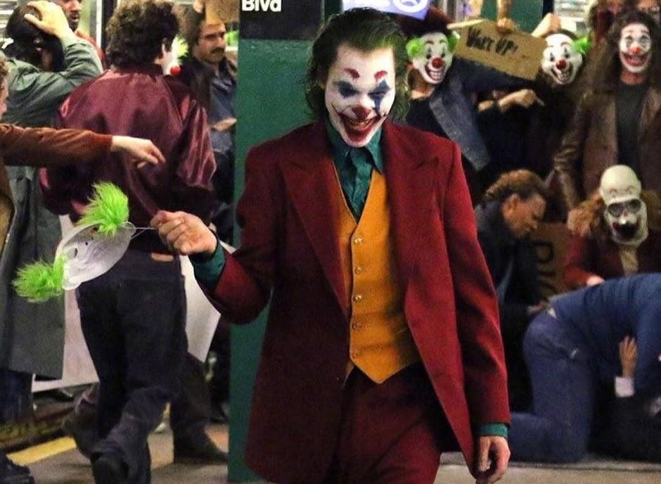"""Joaquin Phoenix aterroriza uma estação de metrô em vídeo do set de """"Coringa"""""""