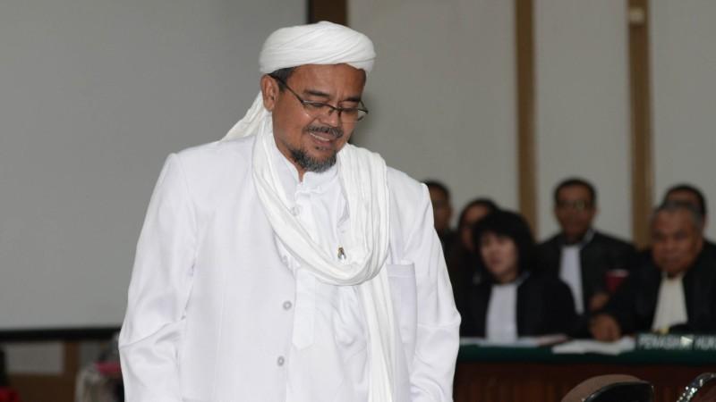 Habib Rizieq tersenyum saat bersaksi dalam sidang Ahok
