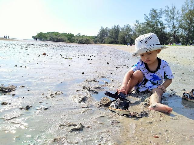 anak kecil main lumpur di tepi pantai morib