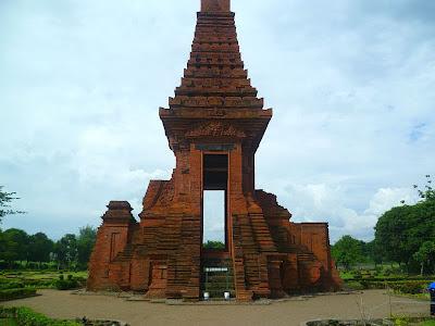 4 Tempat Wisata di Mojokerto Dekat Stasiun SELAIN Objek Patung Budha Tidur