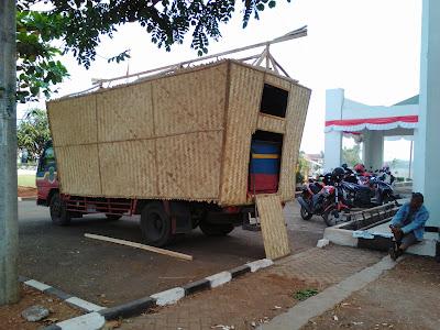 Demi HUT Karawang, Angkutan Pelajar di Sulap jadi Leuit