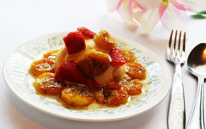Fried bananas with Honey and Ice cream