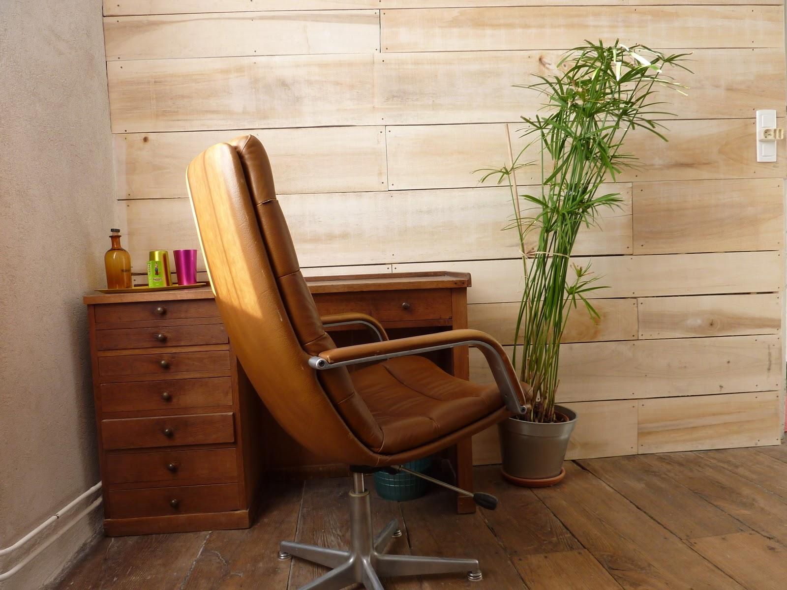 mur interieur en bois de coffrage. Black Bedroom Furniture Sets. Home Design Ideas