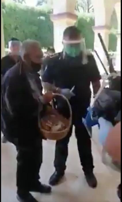 Policías compran todos los dulces de un abuelito para que se vaya a casa y no se exponga