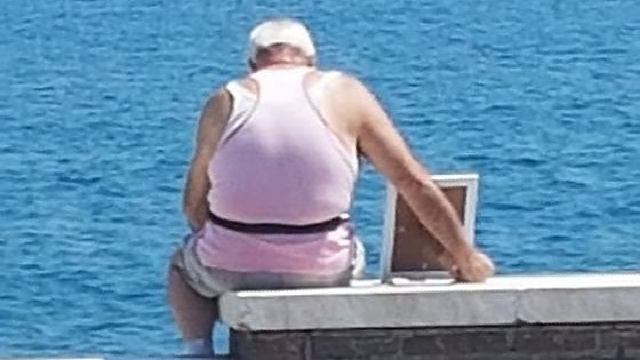 Anciano va todos los días con la foto de su difunta esposa a ver el mar