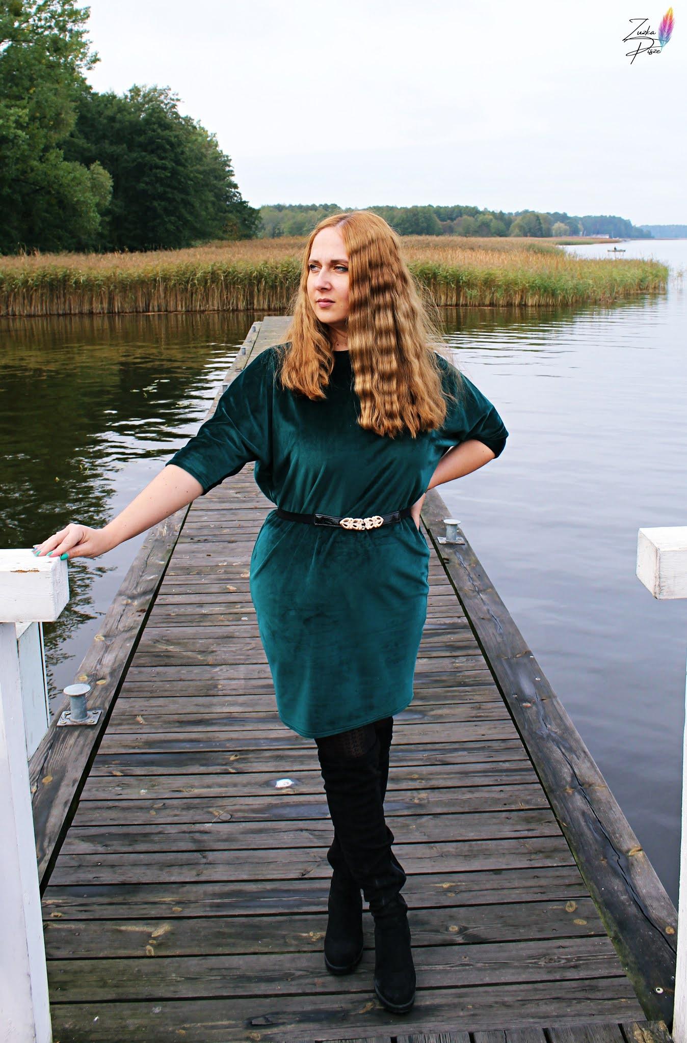 Sukienka welurowa dzianinowa oversize PATRISZJA butelkowa zieleń - GRANDIO.PL