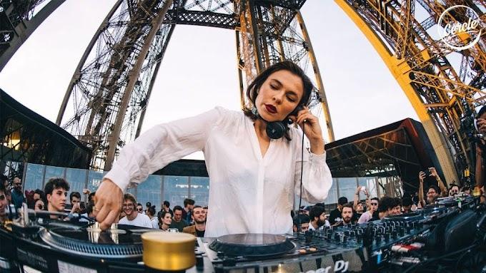 Αν αγαπάς την techno, τότε πρέπει να δεις αυτό το DJ set της Nina Kraviz πάνω στον πύργο του Άιφελ