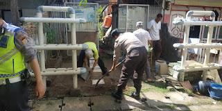 Sukseskan Program Balla Ewako Kampung'Ta, Polsek Wajo Kerja Bakti Bersama Warga