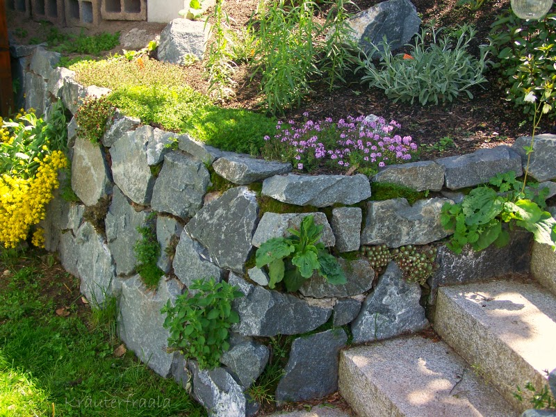 Also Wurde Eine Natursteinmauer Gebaut Und So Manche Stolperfalle  Beseitigt. Unten Seht Ihr Ein Bild Von 2010.