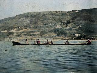 sekumpulan pria di danau toba