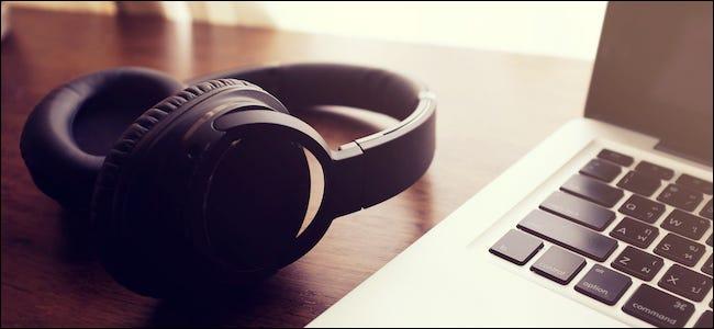 سماعات بلوتوث بجانب جهاز Mac