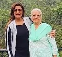 अनीशा हिंदुजा अपनी माँ के साथ