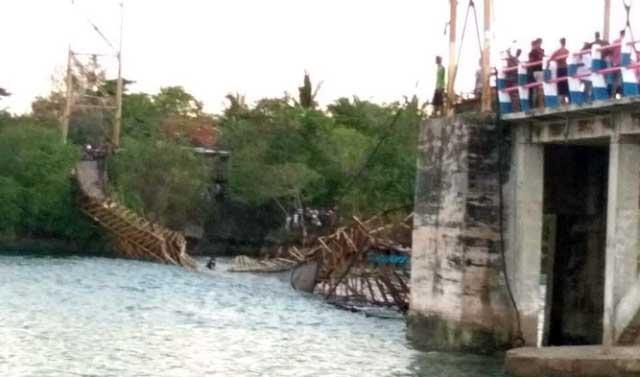 Tual, Malukupost.com - Jembatan gantung yang terletak di Dusun Fair, Kota Tual, yang merupakan satu-satunya penghubung antara pulau Fair dan pulau Kei Kecil ambruk.    Berdasarkan pantauan, Sabtu (1/12), jembatan berusia puluhan tahun ambruk pada sekitar pukul 17.30 WIT. Empat orang dilaporkan mengalami luka-luka akibat insiden tersebut, namun semuanya selamat.