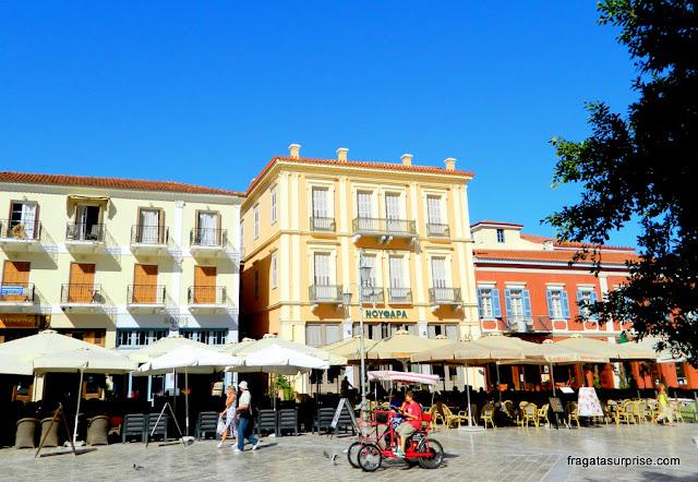 Cafés da Praça Syntagma em Nafplio, Grécia