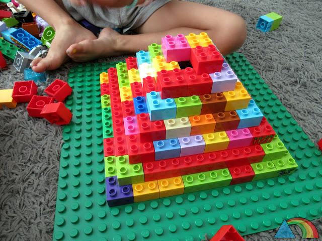 Pirámide escalonada hecha con piezas de Lego Duplo