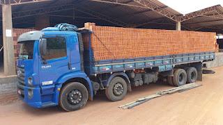 caminhão com tijolos
