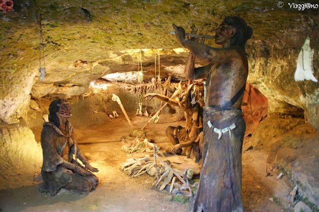Una delle grotte all'interno del sito Roc du Cazelle
