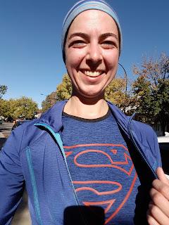 Coureuse souriante, automne, camisole de Superman