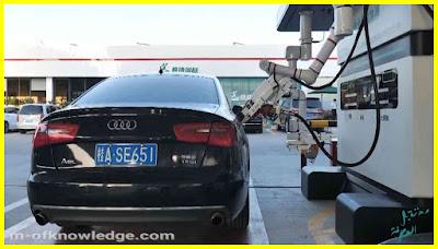 روبوت يقوم بتعبئة الوقود للسيارات في إحدى المحطات جنوب الصين Robot Charges cars with fuel in China