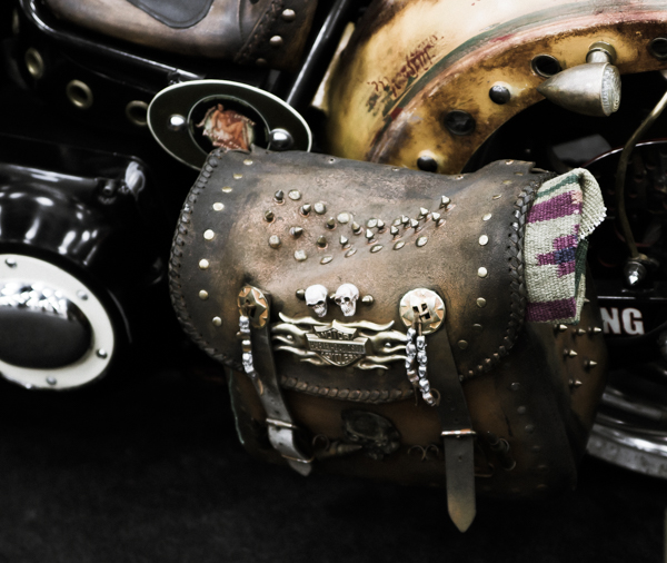 nahkainen sivulaukku moottoripyörään pääkallokoriste niittilaukku_ mp 2016