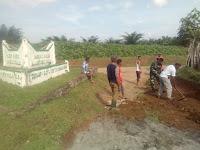 Babinsa Koramil 10/Balimbingan Berjibaku bersama Warga Gotong Royong Memperbaiki Jalan Berlubang dan Bersihkan Sampah