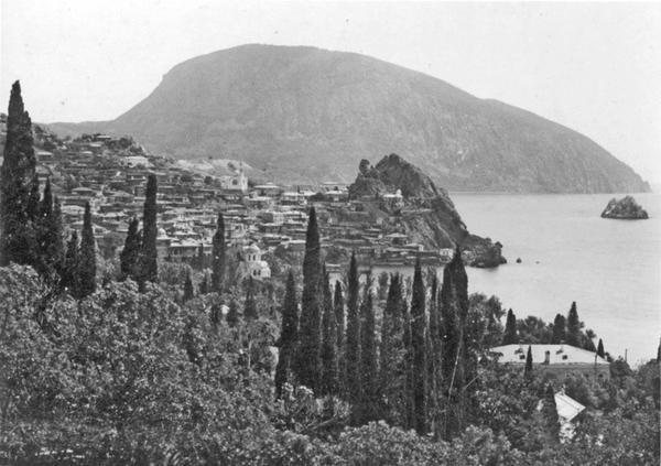 Вид на Гурзуф и Аю-Даг, 1911. Фото: Василий Сокорнов