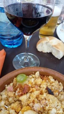 """Plato de migas de pastor con vino tinto de la tierra, aunque el manjar mas preciado de Soria es """"el torrezno"""""""