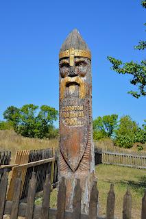 Деревянная скульптура древнего воина на территории историко-культурного комплекса