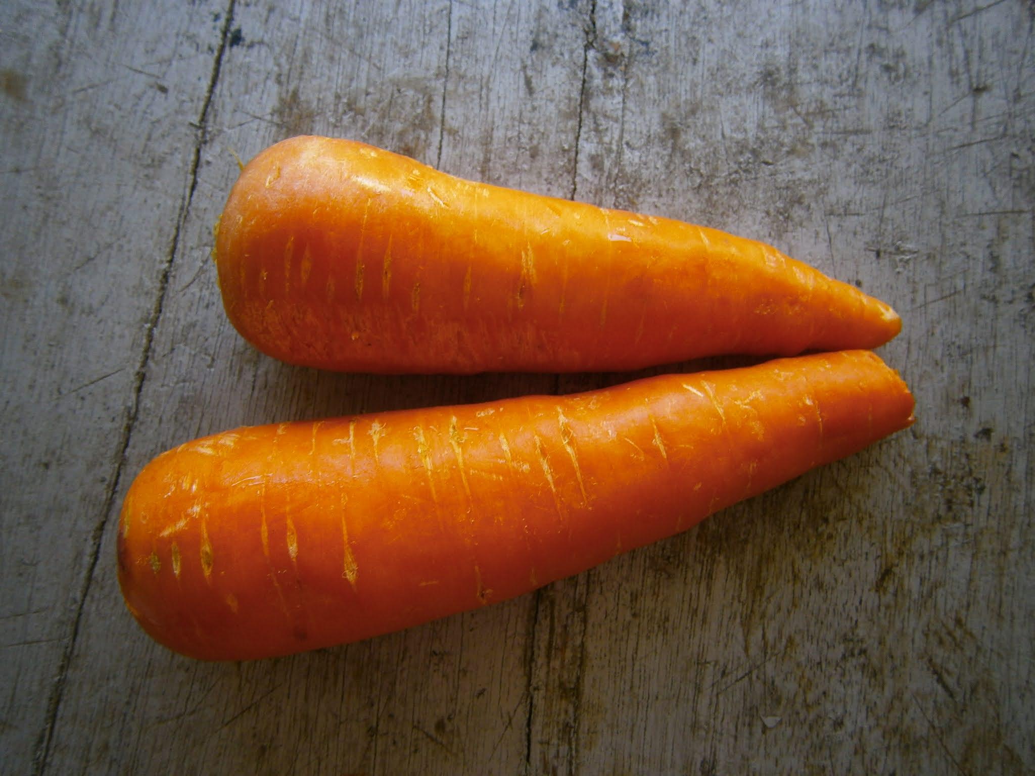 Zanahorias frescas puestas sobre una mesa de madera