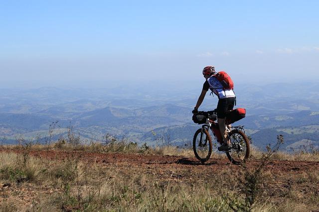 Ciclista de bicicleta praticando cicloviagem