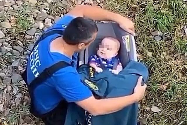 Спасатель, развлекающий спасенного из потопа малыша, растрогал Сеть