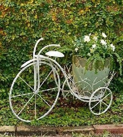sepeda yang cantik ini biasa digunakan untuk memajang bunga-bunga di taman, pekarangan, atau halaman depan rumah.