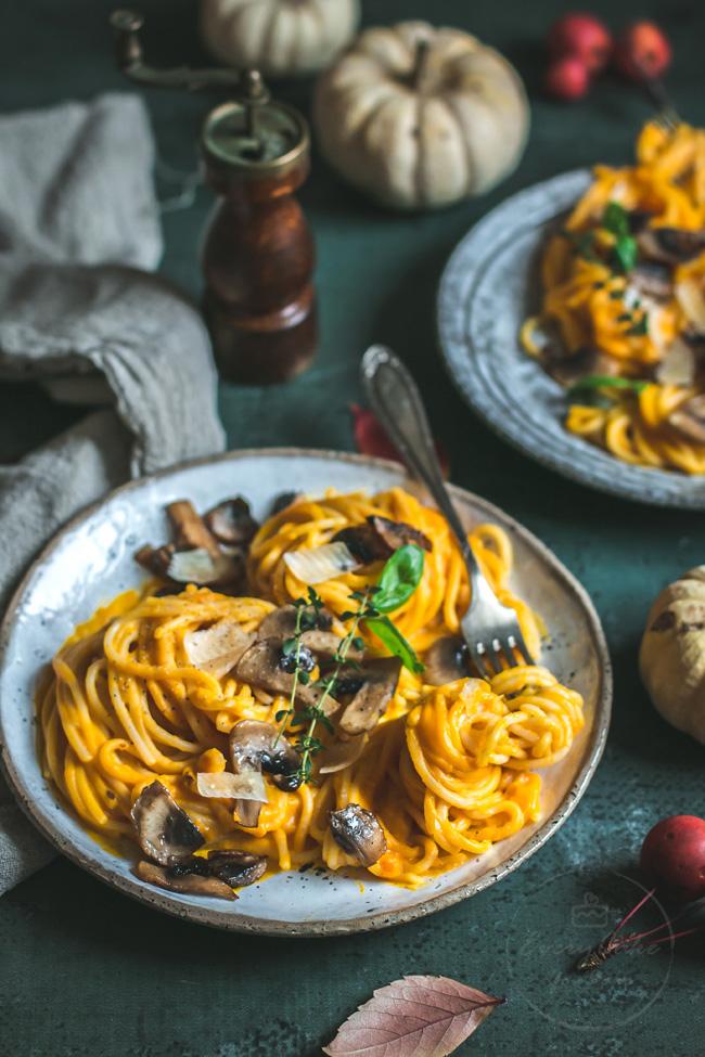 spaghetti z kremowym sosem dyniowym i pieczarkami