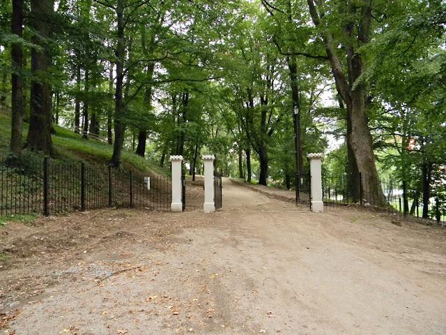 Brama wejściowa do pałacu w Kamieńcu Ząbkowickim.