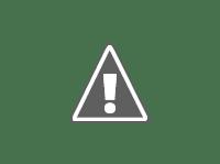 2 niños juegan al futbol